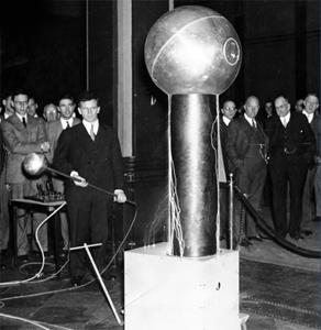 Robert Van de Graaff wowed the crowd in the Hotel Statler with fully working scale models of his eponymous generators
